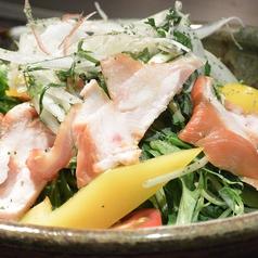料理メニュー写真広島赤鶏のスモークサラダ