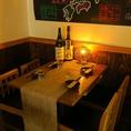各タイプのテーブル席あり。棚には日本酒がすらり…!