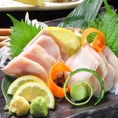 【熟成鶏】高タンパクで低カロリーな鶏肉を熟成させることにより鶏本来の旨味と柔らかさを引き出しました。独自の製法で低温調理した鶏肉は、鶏刺しのようにそのままお召し上がりいただけます