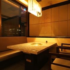 大理石のテーブルとソファー席の洋風個室も、黒を基調とした落ち着いた雰囲気。2名様から12名様までご利用いただけます。