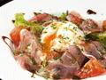 料理メニュー写真こだわり赤卵の温玉と茶美豚の生ハムサラダ