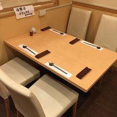 ゆったり座れるテーブル席最大16名までおかけできます。