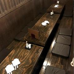 掘りごたつの個室。6名様まで入れるお席で、足をおろし、ゆっくりとくつろげるお席です。接待、少人数の宴会にどうぞ。