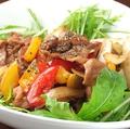 料理メニュー写真豚肉と彩り野菜のバジル炒め