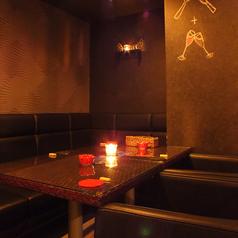 壁際には座り心地の良いソファー席もご用意しています。デートや女子会のみならず、パーティーシーンでも使いやすいお席です。