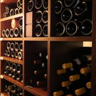 ~ワインセラーに貯蔵された豊富なワイン~