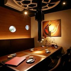 ワインセラー近くに個室のテーブル席もあり。