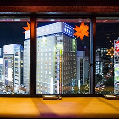夜景を一望できる窓際のカウンター席