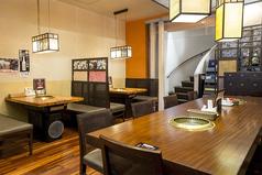 【1階テーブル】1階フロアは4名掛け×4卓、6名掛け×1卓、10名掛け×1卓の計28席。少人数から10名様の大きなテーブルなど、人数にあわせたテーブルがございます。