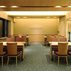 10名掛け3列で30名様までご利用頂けるテーブル個室。貸し切りは19名様以上で可能です。