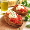 料理メニュー写真モッツァレラチーズと完熟トマトのブルスケッタ