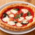 料理メニュー写真モッツァレラチーズとバジルのマルゲリータ