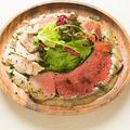 料理メニュー写真シェフ特製 肉サラダ