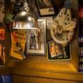 【遊び心のあるモチーフの心躍る♪】ニューヨーク発祥の本格アメリカンバル「TGIフライデーズ」の自慢の店内には、アメリカから輸入したモチーフの数々が飾られております。本当にアメリカへ来たような雰囲気が味わえるので、皆で記念撮影をするのがおすすめです◎※写真は系列店です