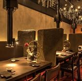 シャンデリアの温かい照明が嬉しいテーブル席。