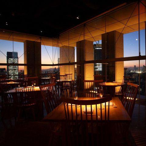 デートにぴったりの窓際席。お気軽に楽しめるテーブル席。山王パークタワー27階よりとっておきの夜景をどうぞ。