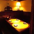 間接照明に照らされるテーブルで今夜の物語