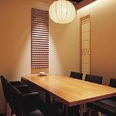 テーブルの完全個室は、2名様から最大6名様までご利用頂けます。少人数の各種ご宴会や親しい方々とのお集まりなど、幅広いシーンにおすすめです。全国より厳選された食材を味わえるお料理コースは、7,000円(税抜)からご用意しております。