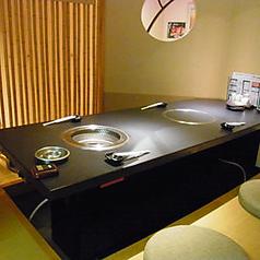 紋次郎のお席。すべて無煙ロースターを完備。煙と匂いを抑えるテーブル!テーブル席と堀コタツ風個室をご用意しております。