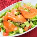料理メニュー写真サーモンとアボカドのサラダ