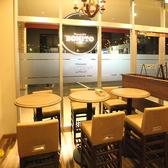 【記念日、接待、デート】白を基調としたおしゃれな丸テーブル席。最大6名様までご利用頂けます。スペイン産ワインで至福のひとときをお過ごしください。