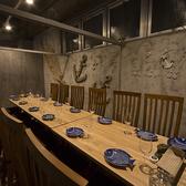 15名様まで可能です。ドア付き完全個室です。タイの木を使った木製マリン系オブジェがオシャレな個室です。