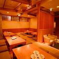 【15~30名様までOK】お座敷は掘りごたつ席となっております。すだれで仕切ることが可能ですのでご利用人数に合わせてアレンジいたします。全体的に木の温もりが感じられる広々店内となっております。ちょっとした飲み会~大人数のご宴会も対応しております。単品飲み放題1600円(税込)~2H飲み放題付コース3500円(税抜)~
