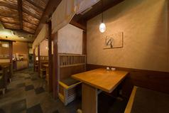 一階ホールには、少人数向け個室感覚のボックス席や、テーブル席をご用意しております。