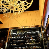お店の入口には大きなシャンデリアがお客様をお出迎え。
