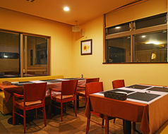 外のテラス席が見えるテーブル席。テーブルと椅子のレイアウトが可能なので、大人数のパーティーの利用などにも最適です。