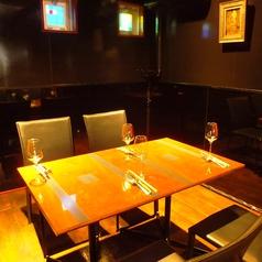 2階:ロールカーテンで仕切りができる半個室のテーブル席は接待にもお使いいただけます。