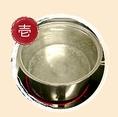【お土産ラーメンの美味しいお召し上がり方:壱】鍋に2~3リットルのお湯を沸騰させて、その中にスープパックを入れて8分間温めて下さい。