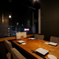 【4名様個室・テーブル席】2名~4名様向けの少人数向けの完全個室です。夜景を見ながらお食事を楽しめる、デートにオススメの開放的でロマンチックな個室もございます。ご希望の個室がございましたらお気軽にお問い合わせください。