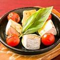 料理メニュー写真夏野菜とカマンベールのグリル
