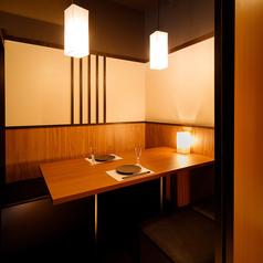 【個室4名様まで】当店は『皆さま完全個室』でご案内致します♪デートや記念日や接待のご利用にオススメの少人数様向け個室を完備。扉付きの完全個室となっておりますので周りを気にすることなくお過ごし頂けます。お客様だけの空間をお楽しみください♪ お席だけのご予約や当日のご予約も受け付けております!