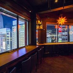 一面ガラス張りの店内。夜景を見渡せる窓際のカウンター席。