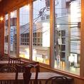 【女子会/誕生日/合コン】座り心地抜群のテーブル席は2名様~OK♪大きなガラス窓とモダンなインテリアがスタイリッシュな空間です!!片側ソファーなのでゆったりとくつろいでお食事を楽しめます♪思いっきり楽しみたい女子会や誕生日会にぴったり!!
