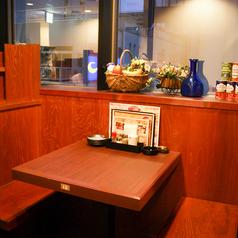 大きな窓に面した2名テーブルは大き目のテーブルが◎