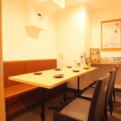 26名様まで入れる個室を完備。会社の宴会等の大人数宴会にも最適です◎周りを気にすることなくご宴会を愉しむことが出来ます。お席についてお気軽にご相談下さい。宴会には食べ放題飲み放題コースがおすすめ。大阪名物たこ焼きやもつ鍋等からデザートまで食べ放題です♪