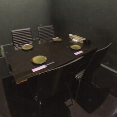シックな雰囲気の個室。ご友人との食事会、大切な人のおもてなしに…