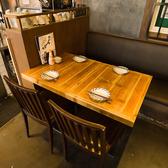 ご家族・ご友人とのお食事や、大人数での宴会にも対応可能なテーブル席。お席の詳細やご要望は、お気軽に店舗までお問い合わせください。