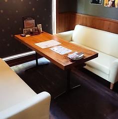 デートや女子会に大人気のお部屋。店内には3つの個室、半個室で2つのソファー席がございます。