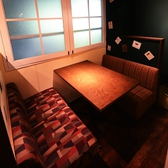 【蒲田駅徒歩3分★肉バル風居酒屋「バルサル」の店内・お席・雰囲気ご紹介♪】4名様まで可能な半個室席!自慢のおしゃれな雰囲気満点のテーブルソファーのお席☆落ち着いた雰囲気のお席はデートや女子会にも最適です。蒲田エリアでのご宴会、飲み会はぜひ、バルサルへ☆お子様連れのお客様も歓迎です♪