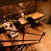 1Fには2名様用のテーブル席が広がっており、片側はソファ席となっているので是非デート利用などの際にお使いください♪