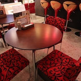 店内中央には円卓のテーブル席もあります。お友達同士のお食事にぴったり。ランチやディナー、ちょっと一杯飲みたい時にも♪