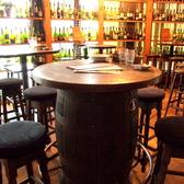 樽のモチーフがかわいい♪みんなでワイワイお食事を楽しめるテーブル席