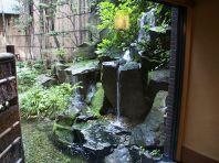 中庭には滝が