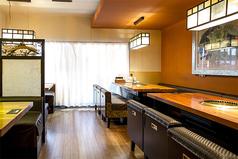 【2階テーブル】4名掛け×2卓、6名掛け×2卓。最大20名様までの貸切も可能なスペースです。