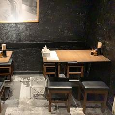 カウンター席だけでなく、テーブル席もご用意がございます!