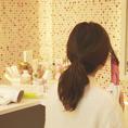 【女性に嬉しいパウダールーム】お化粧室にはドレッサーやヘアアイロン、コテをはじめ、整髪料やフレグランススプレーなど外出先で身だしなみを整えたい時に欲しいものが全て揃っております。